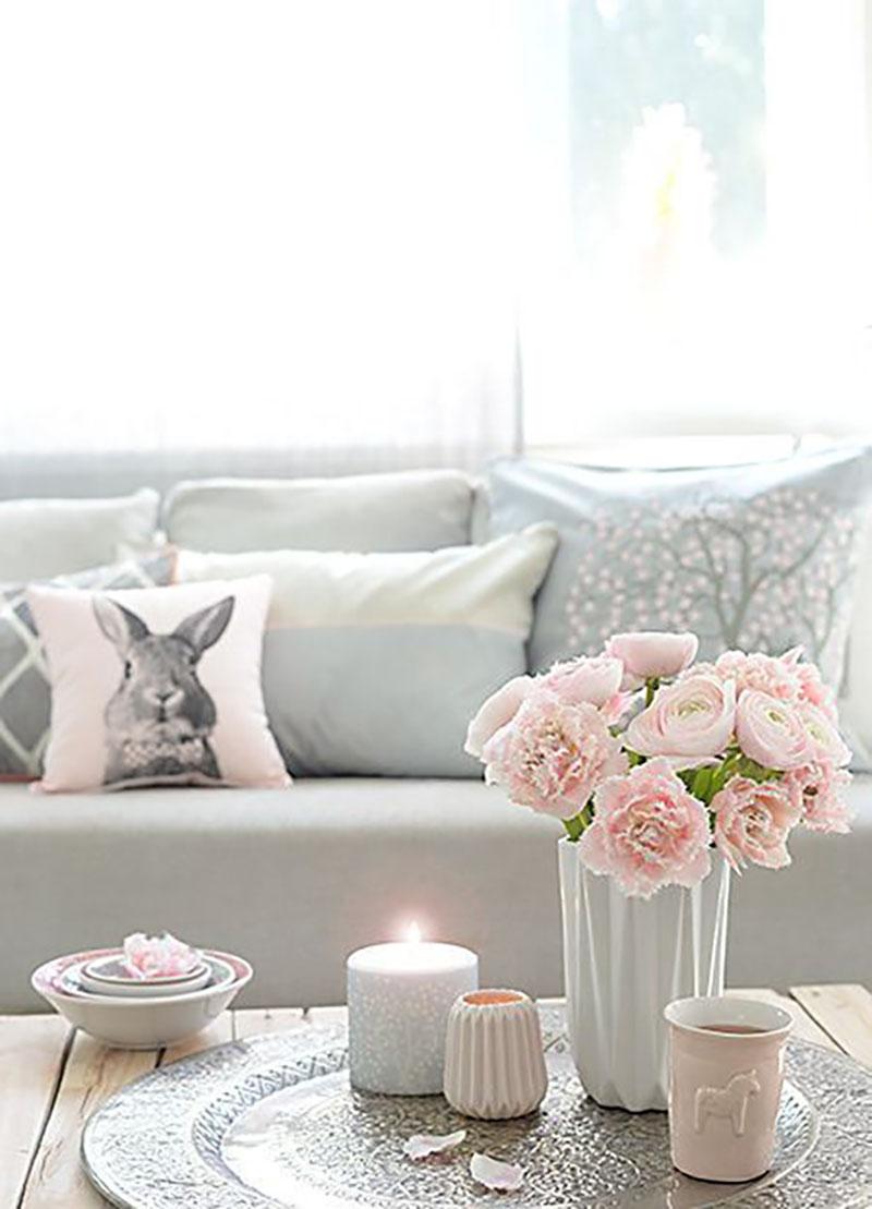 Romantikus környezet, ha nem akarunk sokat költeni, elég a nappalit feldobni néhány szál rózsaszín virággal, szürke és rózsaszín párnákkal és pár mécsessel.