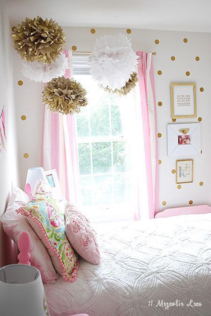Egy kis pötty a falon és néhány selyempapír virág dekoráció színben összehangolva. Selyempapír virágot egyébként nem nehéz csinálni, mi a héten párat legyártottunk a kislányommal és egészen szépek lettek, szóval hajrá :-).