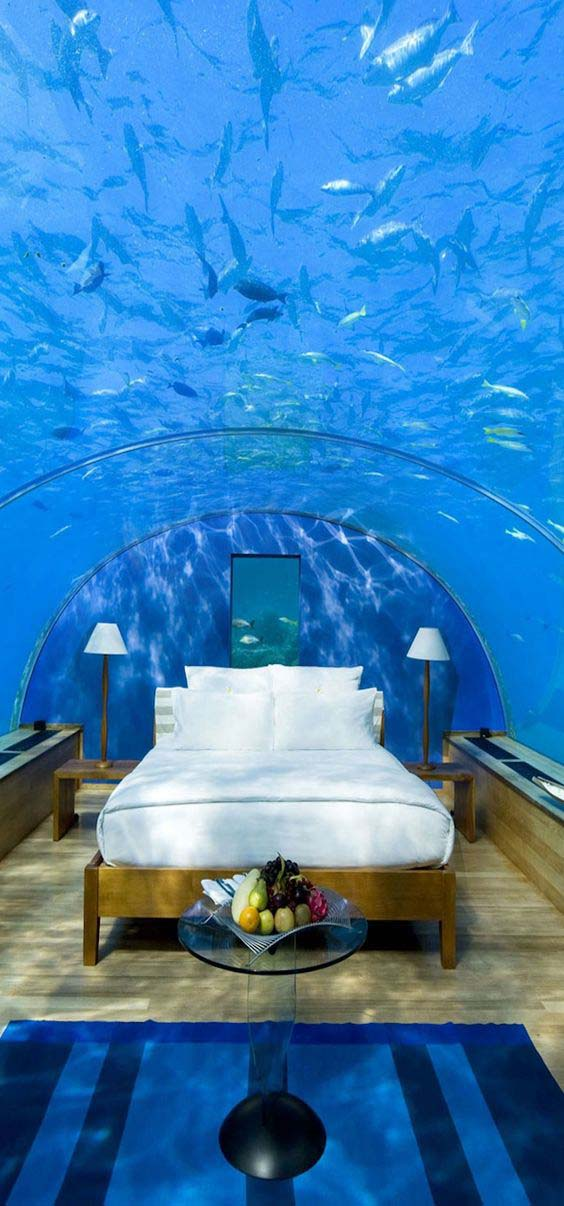 Ez egy Maldív-szigeteki szállodai szoba, gyönyörűséges, de azért ha egy cápa elúszkálna fölöttem lehet kiborulnék :-).
